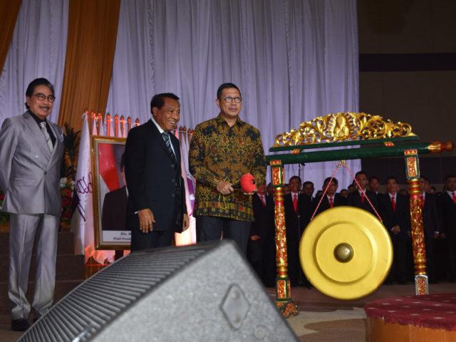 Sesuai Pancasila, Menteri Agama RI, Lukman Hakim Syaifuddin Pukul Gong 5 kali ketika membuka Mubes VIII PGPI